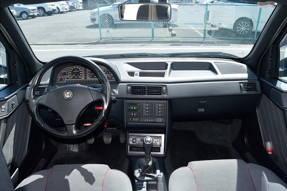 アルファロメオですねぇ~、155ですねぇ~、メーターやパネルの向きがドライバーズカーそのもの!ダッシュ上面の表皮の浮きがないのも◎!