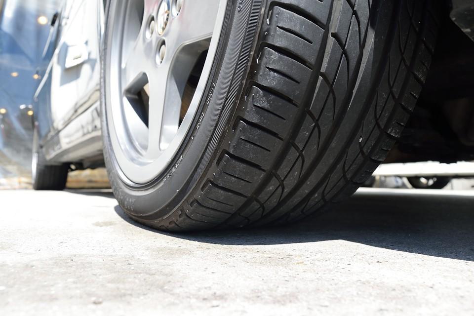 タイヤはYOKOHAMA製で残溝は6分山というところでしょうか。ヒビも無く柔らかさもあるので当分交換の必要はなさそうです。