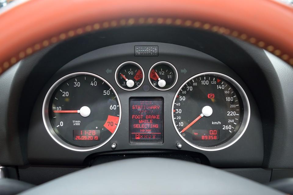 実走行9.0万km、2005年車なので平均すると6,000km/年とほどよい距離で維持されてきた個体かと・・・唯一気になるのはご覧の通り、この時代の欧州車に良くある液晶欠けがあります。そして気になるタイミングベルトは、ご成約いただきましたら一式交換サービス!安心でしょ。