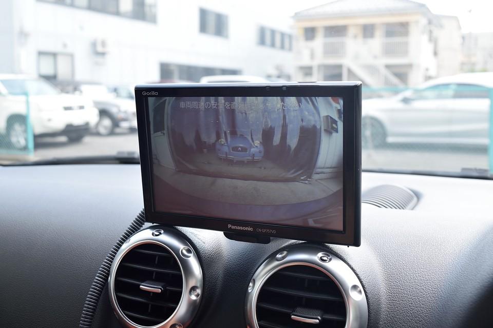 はい、バックカメラで車庫入れも安心!丸いボディなので、確かに目視では車両後端が判りづらいので、これは助かります。