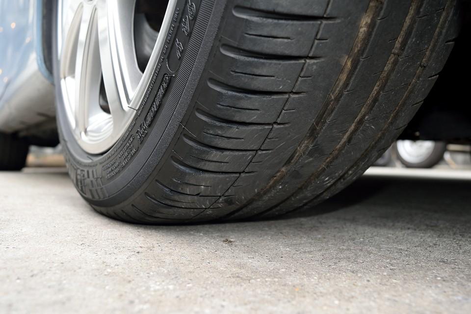 タイヤは現在、ミシュラン・パイロットスポーツ3で、サイズはS-lineと同じ225/45ZR17。残溝は5分山というところでしょうか、暫くは交換の必要は無さそうです。