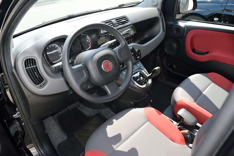 ボディ同色のカラーに、おしゃれステーショナリーのようなデザインがイタリアンですねぇ~!日常使うコンパクトカーだからこそ、こういうオシャレ度は大事なのです!