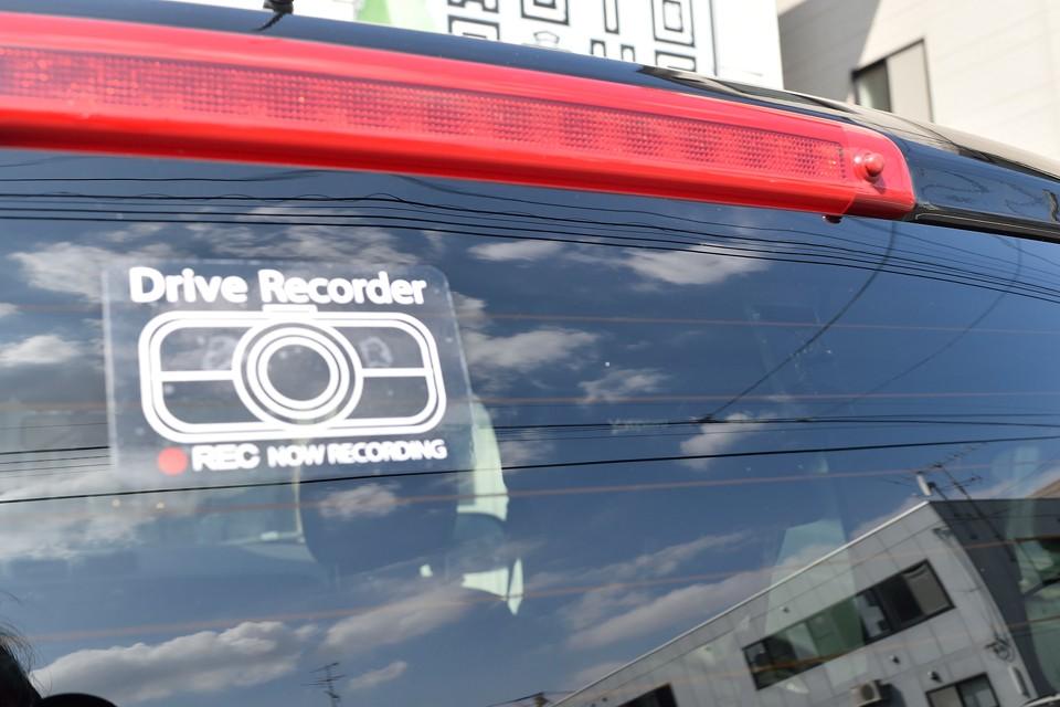 そして最近ちまたでは「あおり運転」なる非常識なことをする輩が残念ながらいるので、身を守るために有効なリア用ドライブレコーダーも装備!画像では判りづらいですが・・・。