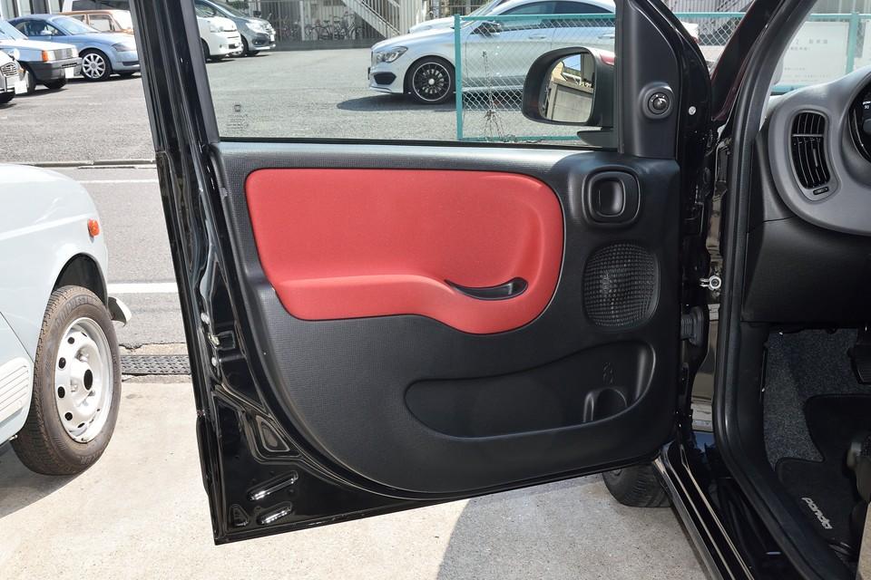 一番汚れやすい運転席側ドアの内張りです。目立つ汚れもなく、とっても清潔な印象!スピーカーも角丸の四角デザイン・・・こだわりますねぇ。