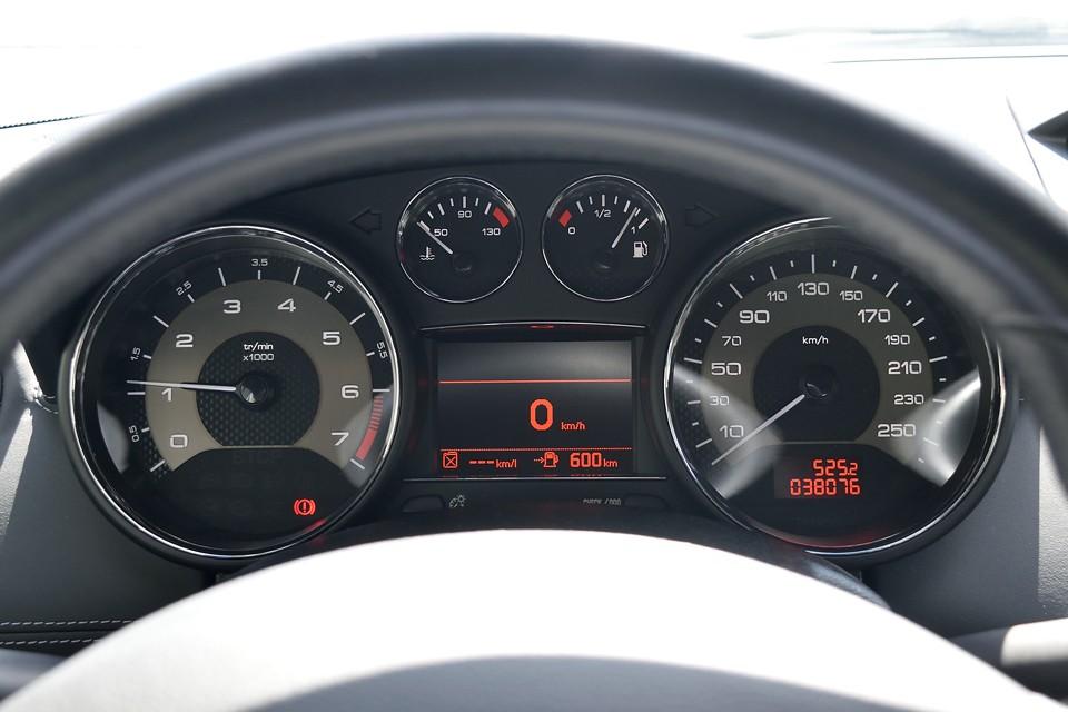 実走行3.8万km!1600ccのクルマなのに時速260kmまで刻まれたスピードメーターにこのクルマの性格が表れてますね。ちなみに気になるタイミング方式は・・・チェーンですのでご安心を!過去整備記録もすべてプジョーディーラーにて実施!これまた安心!