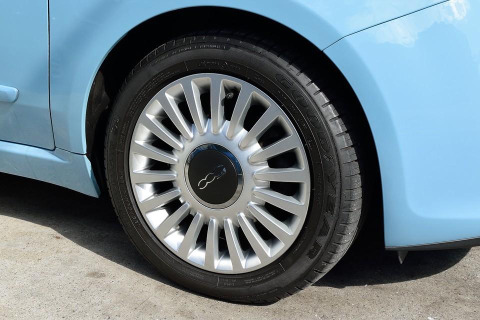 ラウンジ専用の純正アルミホイールも無キズ!3周まわって見ましたから間違いない!・・・はず。タイヤはGOODYEAR製でサイズは185/55R15。比較的安価なサイズですので、維持費もお安いですよ~奥さ~ん!(笑)