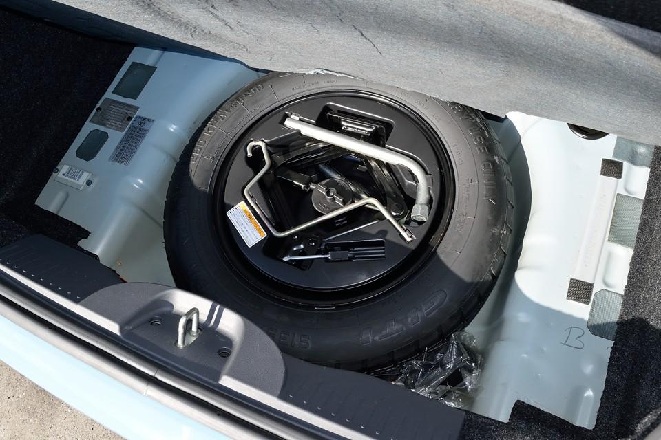 トランクマット下のスペアタイヤ、工具も欠品無し!普段は見る事も無いものですが、いざと言うときに無いと困るものですからね。意外と重要!