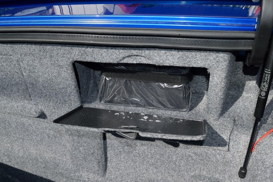 タイヤパンク修理キットでしょうか、これも未使用。