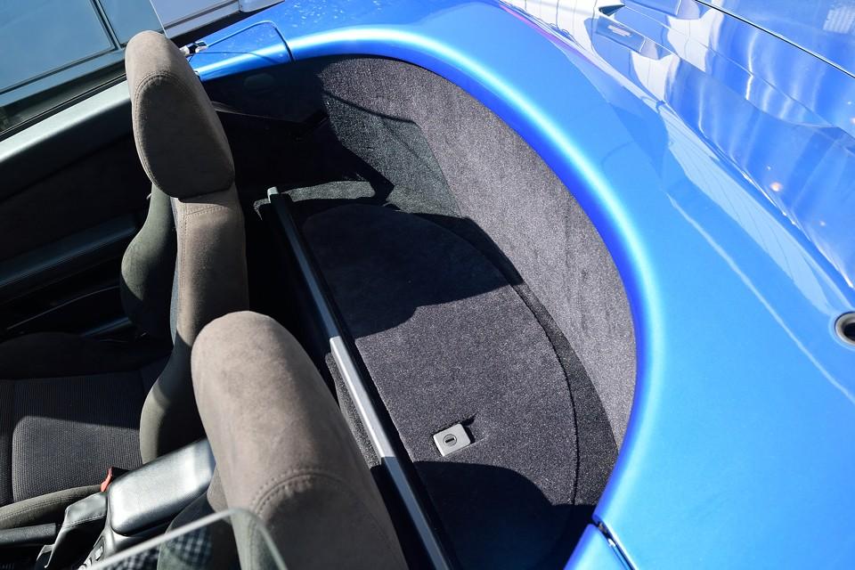座席後にもこれだけのスペースがあるんですね。ハンドバック等の手荷物なら十分なスペースかと。