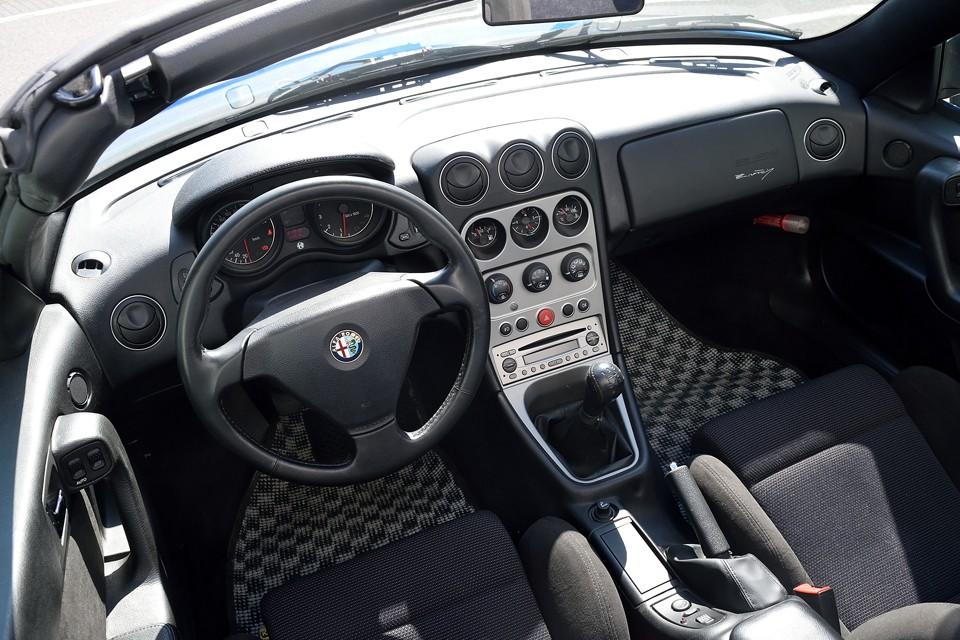 ドライバー有りきのメータレイアウトはアルファロメオの伝統!まさしくドライバーズカーの証なのです!