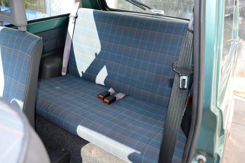 後席は使用頻度が少ないおかげで、前席にも増して良い状態!酷い汚れはもちろん、薄汚れも感じないくらいの清潔さ!