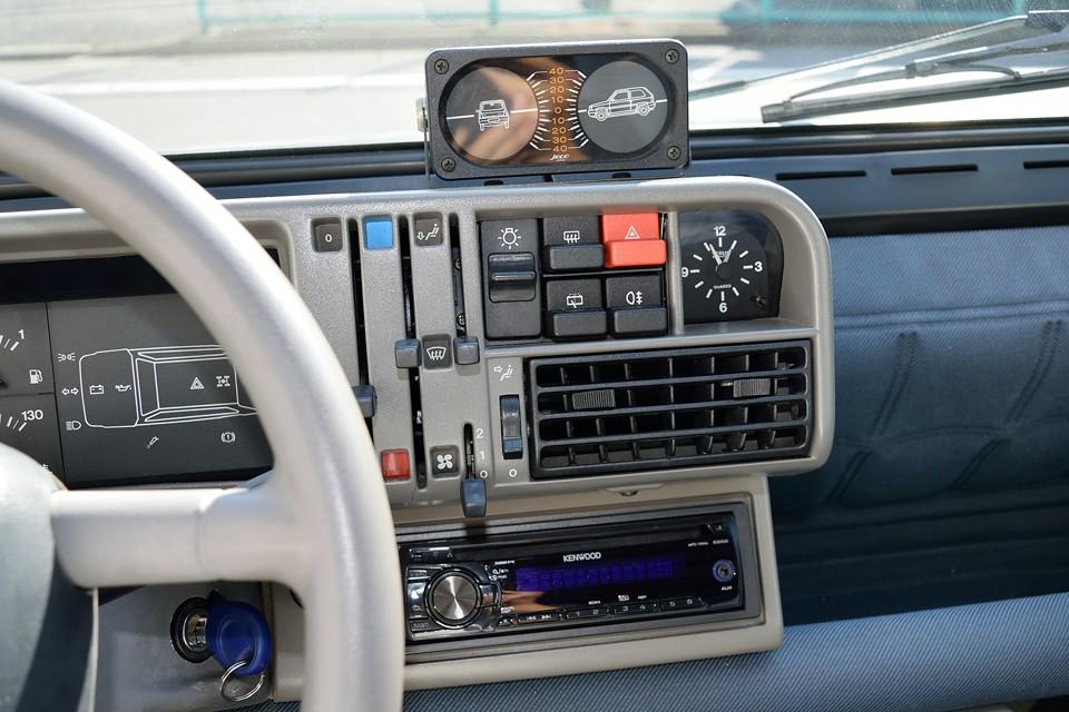 コンパクトにまとめられたスイッチ類の上に、4×4モデルでは傾斜を表すメーターも装備されます。使うかどうかは別として・・・(笑)