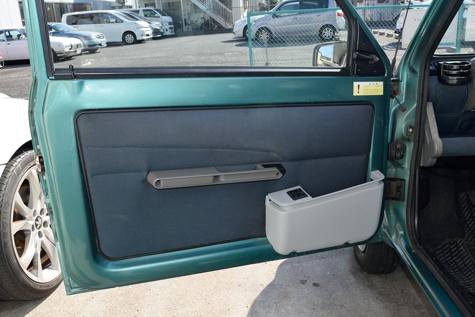ドア内張りは布製なので、どうしても若干の汚れはありますが、他車と比べていただければ状態が良いのはお判りいただけるかと・・・。
