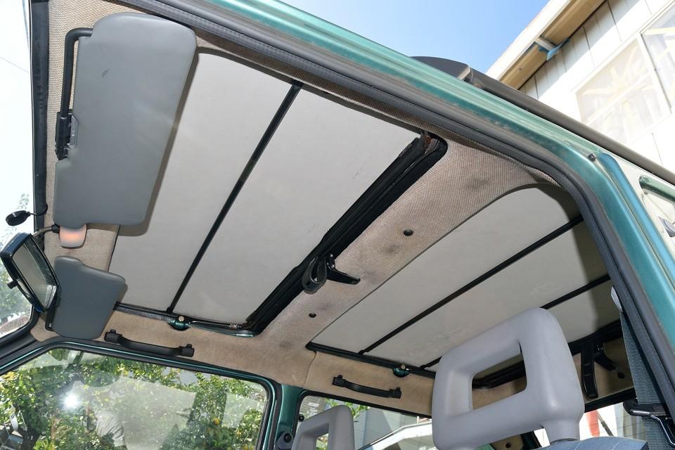 幌内側、天井の状態です。幌は張り替えるので良しとして、他も薄汚れはありますが、タレや破れ、ほつれはありませんので許容範囲ではないかと・・・