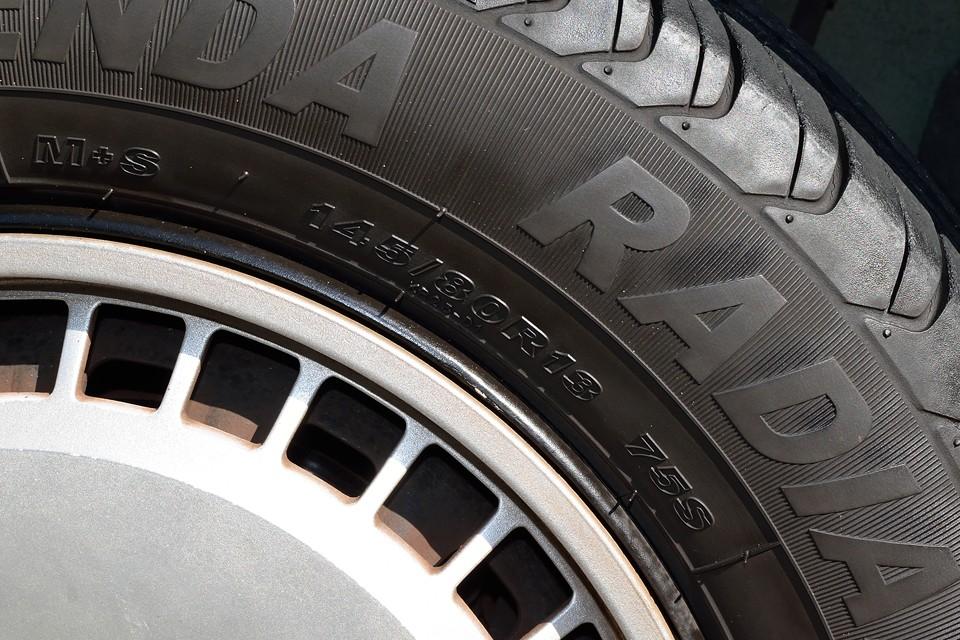 タイヤサイズは145/80R13。タイヤ残溝は・・・もはや交換時期の様ですので、これもご成約いただきましたら国産タイヤ新品4本交換サービスします!・・・ううう、また言ってしまった。