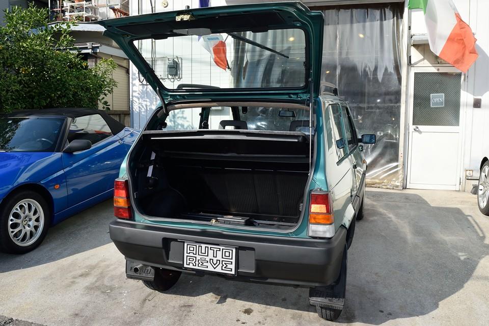 ハッチバック車で、しかもご覧の通りの開口部の広さなので、トランクの使いやすさは◎!荷物の積み降ろしも楽だし、思った以上に積載能力も高いです。
