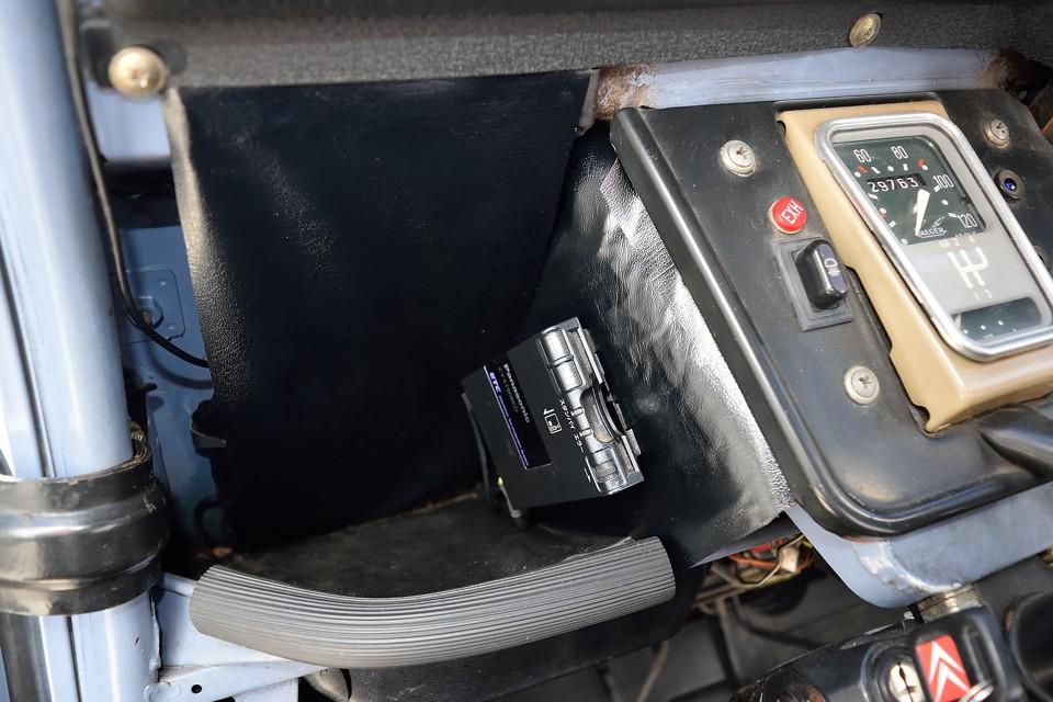 え~、ここで2CVあるあるをひとつ。メータ横や奥に貼ってある黒ビニール&綿の遮音材が必ずと言っていいほど、経年劣化で反り返って、裏の綿が露出状態になります。この個体もかなりの「露出度」でしたので、留め直して、表面はご覧のシートで補修済!なので、ご覧の通りスッキリ、清潔に!