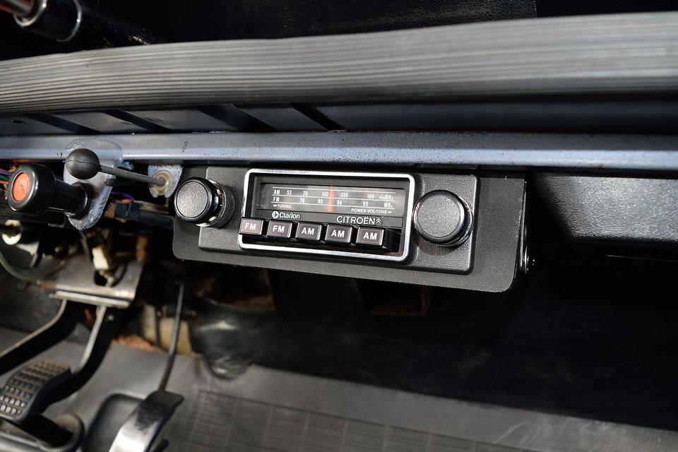 そして何と!換装されて残ってない事がほとんどの、純正AM/FMラジオが付いてるぅ~!まんま80年代の音がする~!これむしろ新鮮~!