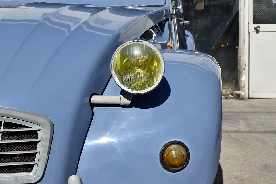 印象的なイエローのヘッドライトはガラス製ですので曇ることはありません。反射板の劣化もほとんど無いようです。ウインカーレンズは色褪せありますが、納車時にはちゃんとオレンジの補修塗装しますのでご安心を!
