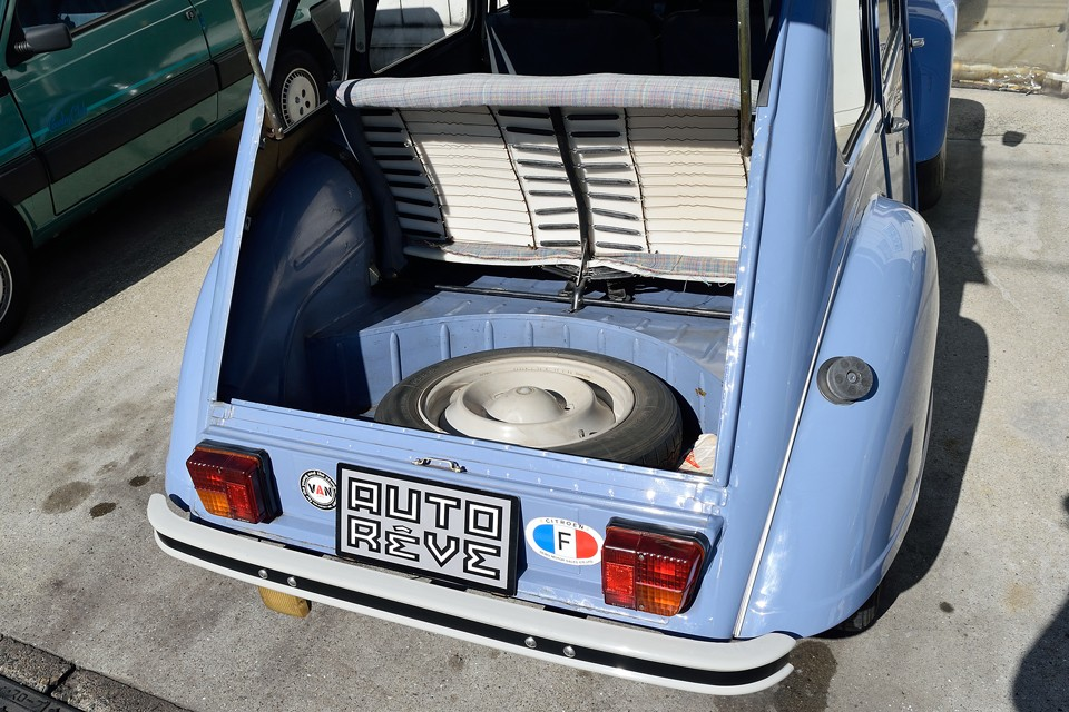 トランクスペースもそれなりにあります。日常使用には十分ではないかと・・・でもいざとなればリアシートは簡単に脱着出来るので、更に広大なスペースに!こんな古いクルマでも実用性を外さないのは、さすがフランス車!