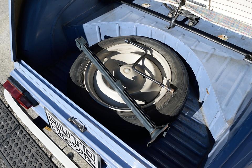 スペアタイヤはもちろん、特徴的な純正の縦長ジャッキ、クランク兼タイヤレンチも付属します。