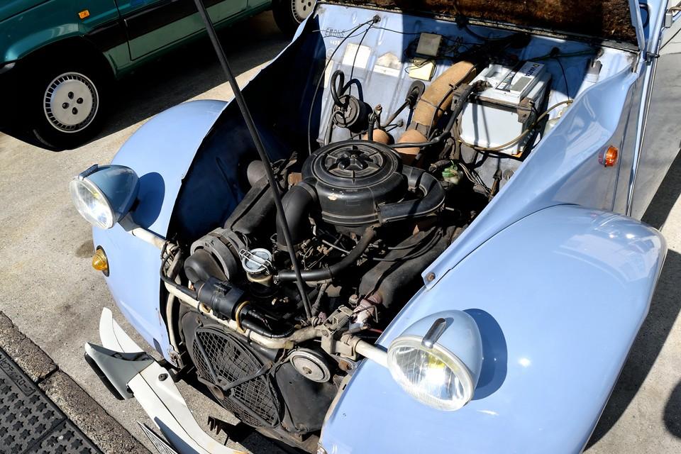 エンジンは空冷水平対向2気筒、602cc、最高出力29HP/5750rpm、最高トルク4.0kg・m/3500rpmを発生!非力ではありますが、心臓の鼓動にも似た音と振動が、クルマに乗ってる事をこれをど感じさせてくれるエンジンは他にないのではないかと・・・シトロエンが誇る「名器」だと思います。