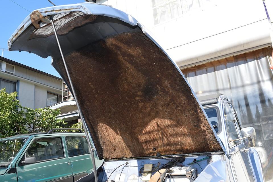 ボンネットフード裏の内張りは汚れはあるものの欠損はありません。これを通して聞こえるエキゾーストが2CVの音ですからね。意外と大事ではないかと・・・。