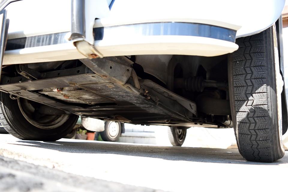 エンジン下面です。過去のオイル汚れはあるものの、現在、オイル漏れはありません!エンジン部が乾いているのがお判りいただけると思います。