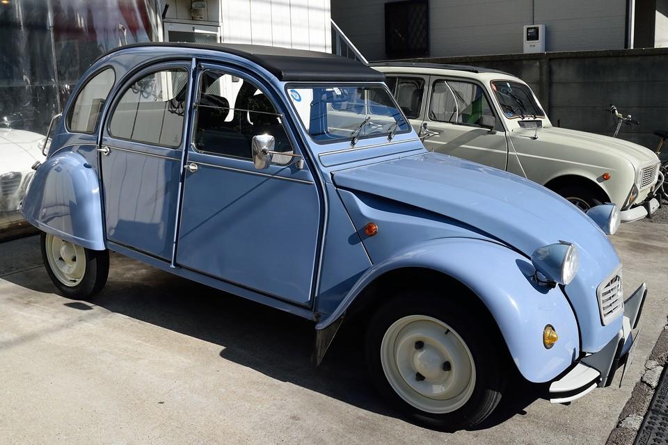 ではここでおさらい。1989(平成1)年式 シトロエン2CV 6 special、正規ディーラー車で人気のカラー「Blue Celeste」。小キズや劣化はあるものの、全体的にはバランスのとれた、たたずまいの良い個体です。
