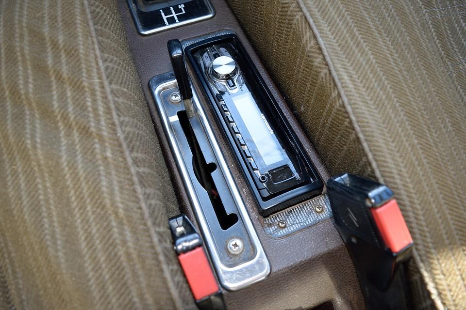 オーディオはUSB接続可タイプ。その横のレバーが車高調整レバー!GSは他のハイドロ車と違って、車高を下げる位置はありません。一番前が通常走行、真ん中が悪路走行、手前がメンテナンスモード。