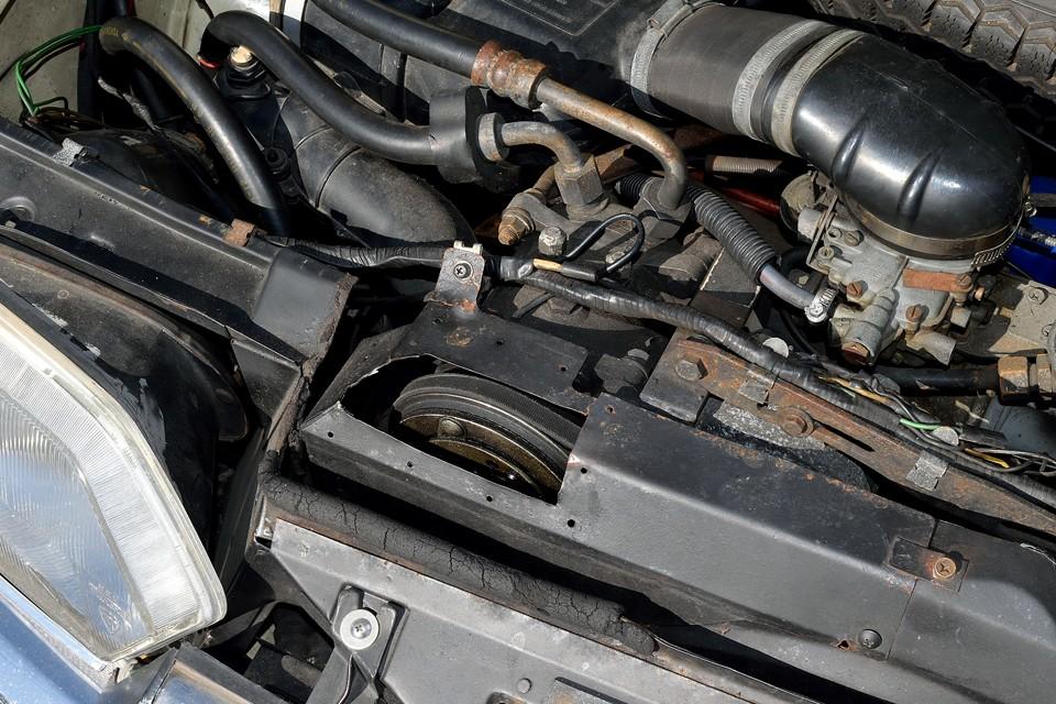 当時のディーラー(西武自動車)さんの苦労の跡が見えるコンプレッサーの取り付け。こりゃ大変だったでしょうねぇ~。