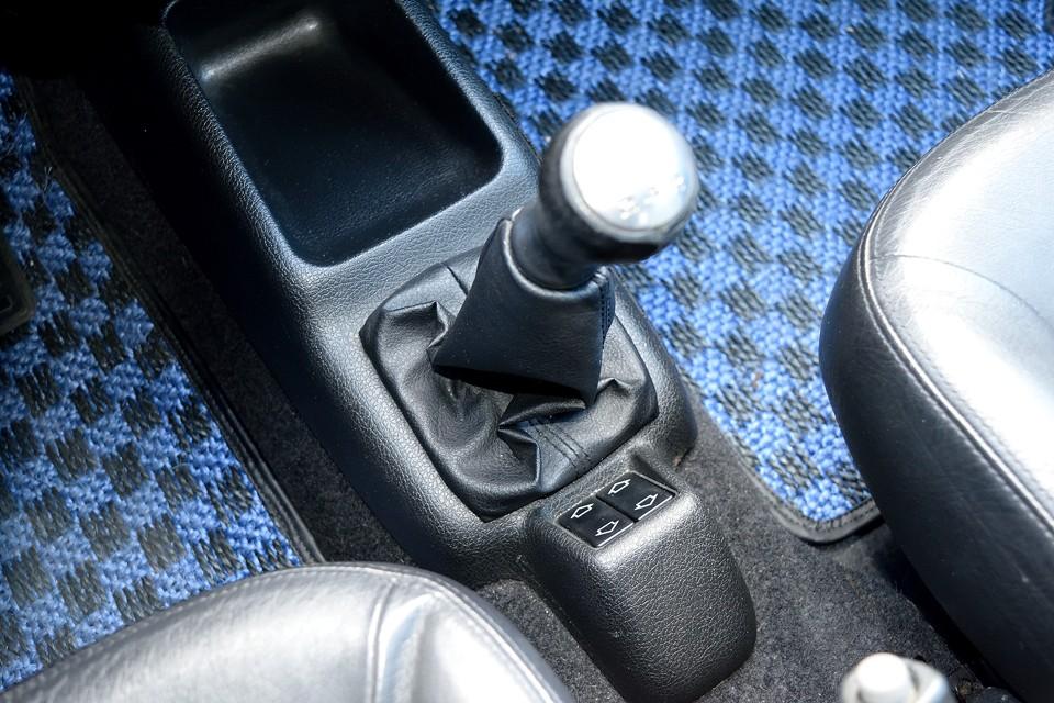 シフトは短めなので、手を伸ばし気味に操作する106独特のもの。シフトフィールはいかにもリンクロッドを介してます!みたいな遊びの大きい感じはあるものの、決まれば「スコンッ」と入る、フランス車のそれ!