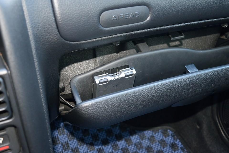 助手席グローブボックス内にETCを装備。パナソニック製の音声案内、アンテナ別体タイプです。左ハンドル+マニュアル車には、もはや無くてはならない必須アイテム!