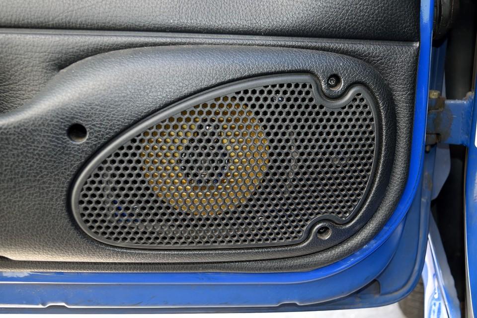冗談はさておき、前述のカロッツェリア製オーディオへの交換と合わせて、前後4つのスピーカーもカロッツェリア製のものに交換されたそうです。車内空間ってオーディオ本体より、正直、スピーカーで音質はかなり変わるので、これは効果絶大!