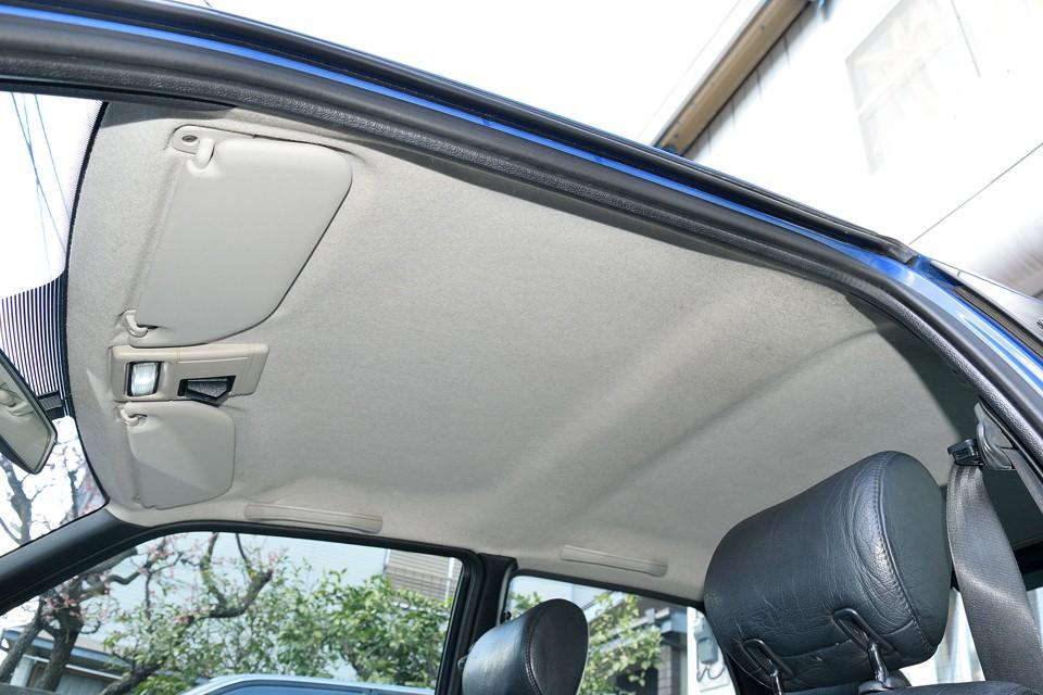 汚れが目立ちやすい白い天張りですが、ご覧の状態!運転席頭上部にわずかに薄汚れがありますが、ほぼ気にならない程度!タバコやペットの嫌な臭いも皆無!気持ち良くお乗りいただけると思います。