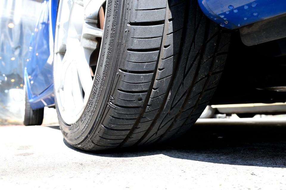 タイヤはFALKEN ZIEX ZE912で、サイズは195/45R15、ノーマルサイズが185/55R14ですから、1インチアップ、10mm幅広に。足元がカチッと見えるのはこのおかげ。ちなみにタイヤ残山は8分山ほど。当分交換の必要はありません!