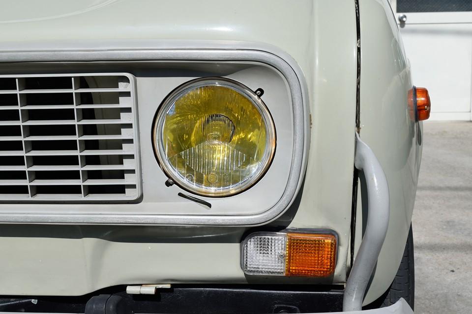 ヘッドライトはもちろんイエローバルブ!反射板の劣化もほとんど無く、クリアーな状態です。ウインカーレンズは少し汚れがありますが、もちろん割れはありません!