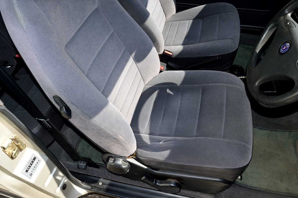 一番劣化しやすい運転席でも、目立つ汚れはもちろん、破れ、ほつれもありません!