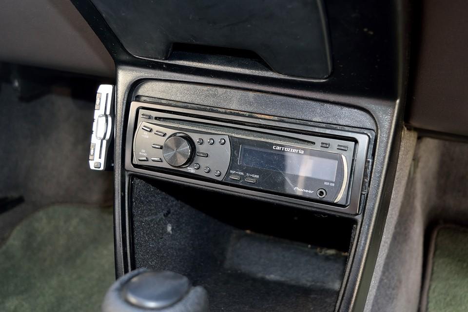 オーディオはシンプルなカロッツェリア製のCDデッキ。その横にETCも、もちろん装備です。
