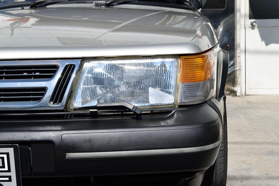 ヘッドライトはガラス製なので、劣化で曇ることも無くクリアーな状態です。ウインカーレンズも色あせ、割れはありません!