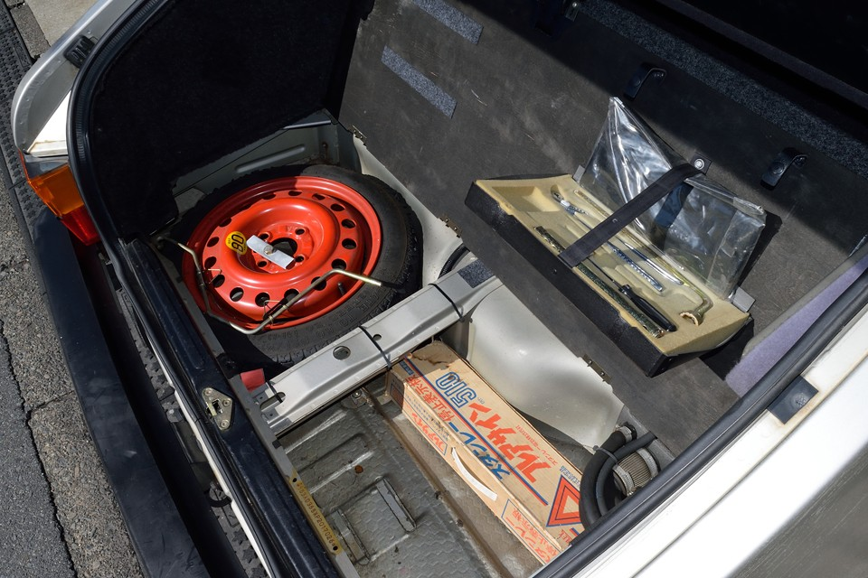トランク床下にスペアタイヤ、工具類も装備。酷いサビや修復跡が無いのもお判りいただけるかと・・・。
