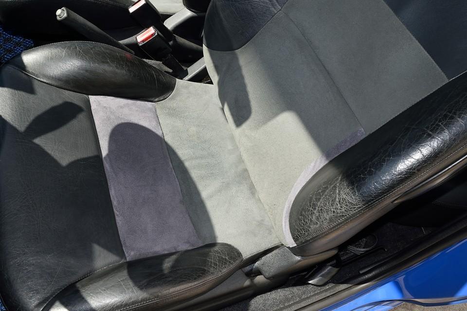 弊社入庫時、運転席座面には穴が・・・背もたれ部にも擦れて破れたところがありましたが、ご覧の通り、同じアルカンターラ生地で補修済!色味が若干違うのは許してぇ~!