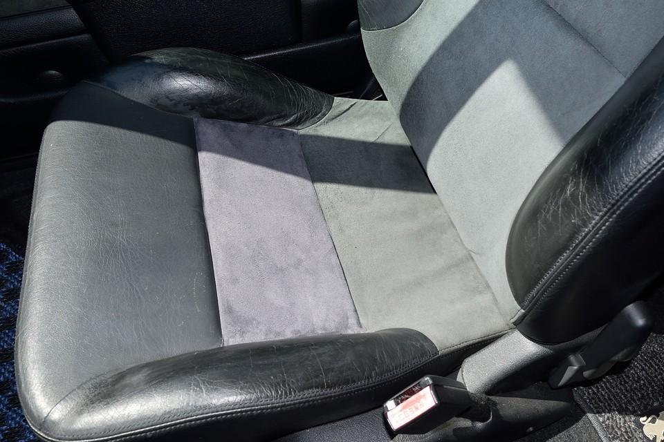 運転席だけだと、いかにも補修しました!的だったので、破れてはいなかったけど、助手席座面も同様に補修しました!