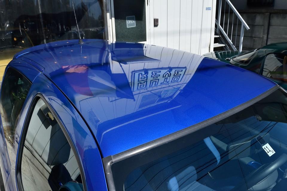 レギュラーRSのメチルブルー(432)に比べ、更に鮮やかな印象のMondial Blue (D43)!一番傷みやすいルーフ塗装もご覧の通りの鮮やかさ!