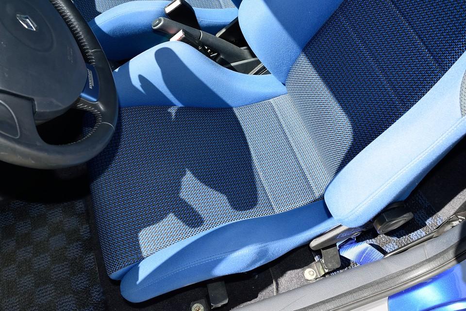 乗り降りの際に必ず擦れる座面のサイドサポートも、目立つ汚れはもちろん、擦れらしい擦れもありません!