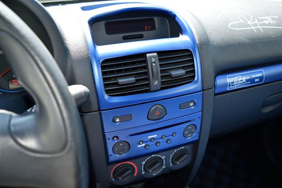 クルマの性格上、この辺りの装備はあまりお使いになる事も無いせいか、使用感もほとんどありません。エアコンレスのため、温度調整ダイヤルの表示が、青(=常温)以上は赤(=暖房)なのがユニーク!