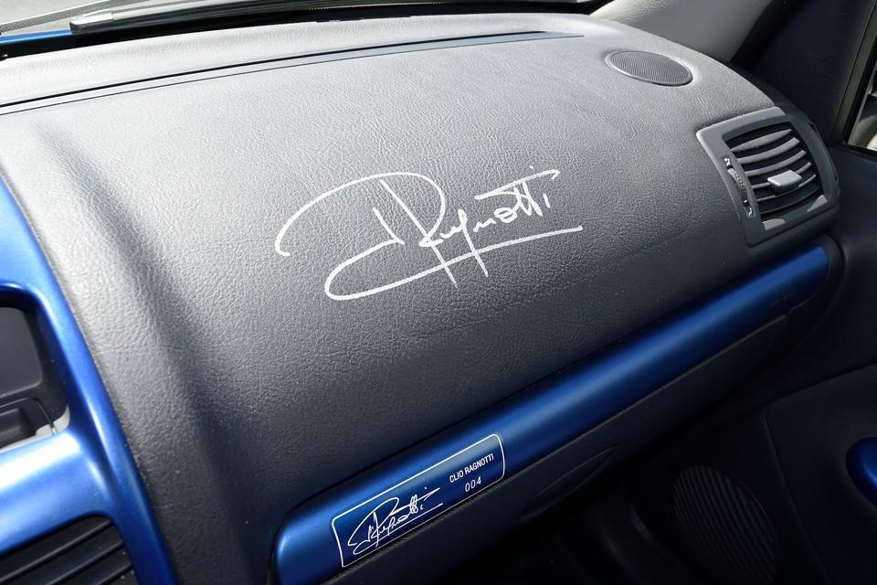 そして、助手席前のダッシュパネルにも、ラニョッティさんの直筆サインが!直接サインをしていただいたそうですが、丁寧に書かれたサインにラニョッティさんの人柄が出てますね。