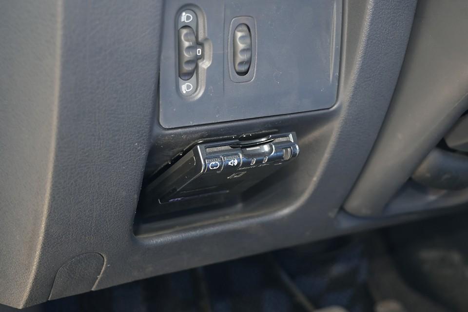 左ハンドル、MT車にはもはや必須のETCも、もちろん装備。パナソニック製のアンテナ別体、音声案内タイプです。