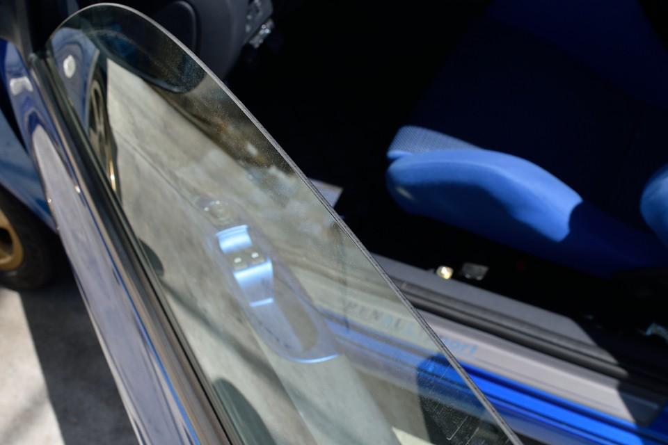 おっと、ここで思い出しました!軽量化のための薄いドアガラス!正確に測って比べないとその差は分かりずらいですが、こんなところをメーカー自身が手を入れるって・・・ルノー、やっぱ、変!(苦笑)