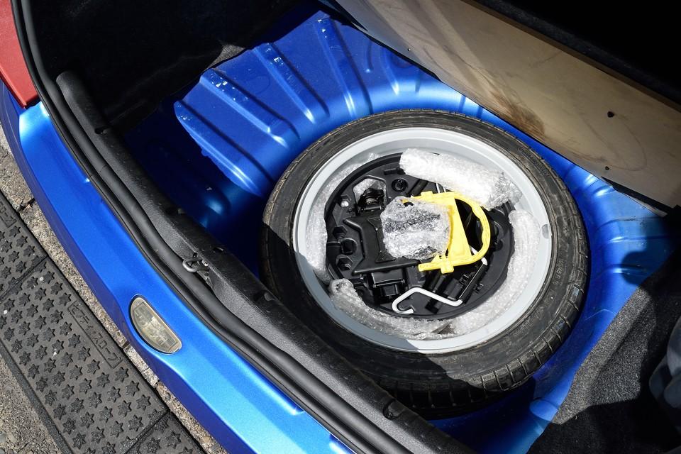 もともとスペアタイヤは装備しておりませんが、前オーナー様が用意したものがあります。日常使うなら、やはり無いと心配ですもんね。